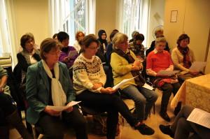 Frauen bei der Workshoparbeit